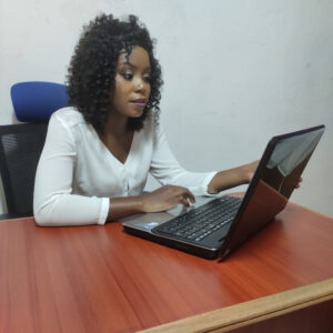 Belle Linda Kouatchet est la responsable du Marketing Digital à Digital Gong Technologies une agence de marketing digital basée à Douala